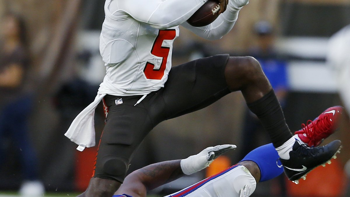 Cleveland Browns quarterback Tyrod Taylor (5) avoids a sack by Buffalo Bills defensive tackle...