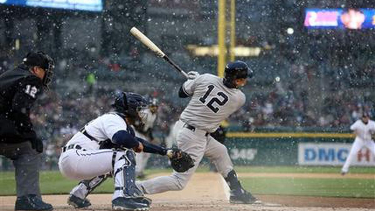 New York Yankees' Chase Headley hits a two-run single as snow falls during the first inning of...