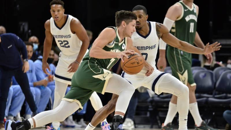 Milwaukee Bucks guard Grayson Allen (3) drives against Memphis Grizzlies guard De'Anthony...