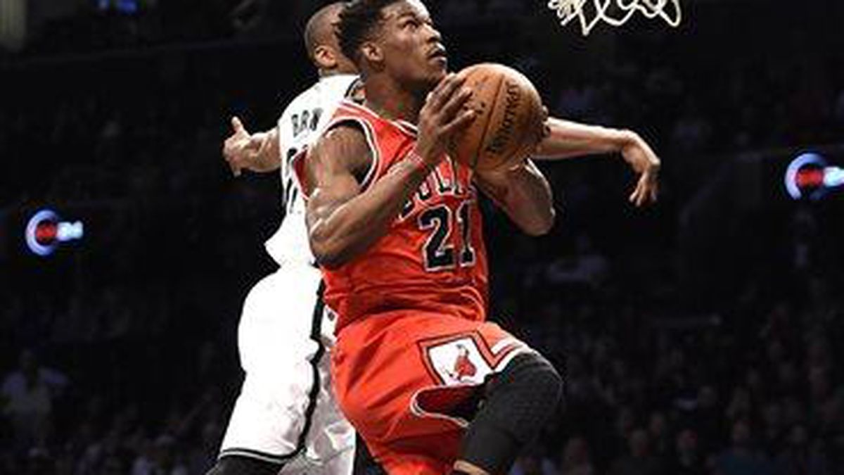 Chicago Bulls guard Jimmy Butler (21) drives the ball to the basket past Brooklyn Nets guard Markel Brown (22) in the first half of an NBA basketball game on Monday, April 13, 2015, in New York. (AP Photo/Kathy Kmonicek)