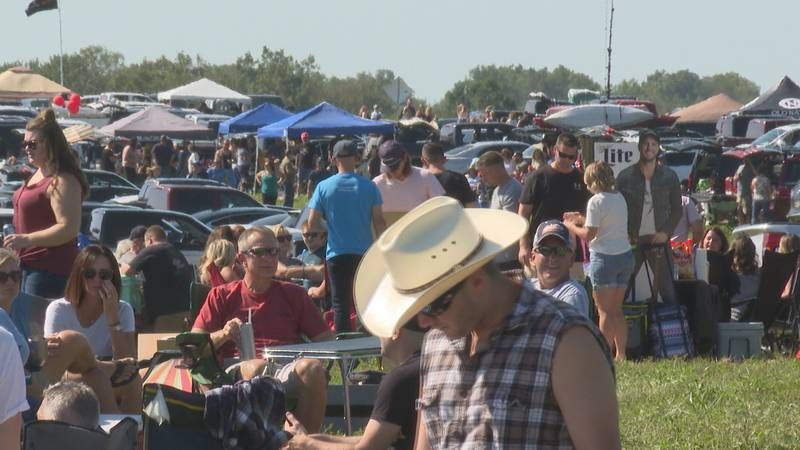 Thousands of fans attend Luke Bryan concert in Fowlerville